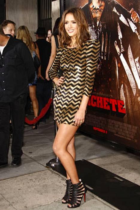 3. Jessica Alba kiiltävässä Balmainin mekossaan.