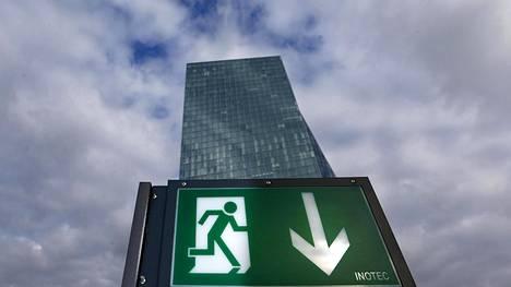 Ravintolan exit-kyltti EKP:n päärakennuksen ulkopuolella.