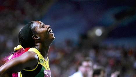 Shelly-Ann Fraser-Pryce toi Jamaikan voittajana maaliin.