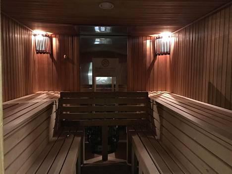 ForRestMix-hotellissa on hyvin suomalaisen näköinen sauna, mutta löylyä siellä ei saa kieltokyltin mukaan heittää.
