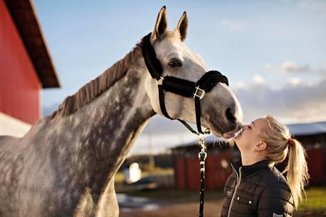 Emilia Bottas vuosi sitten tallilla hevosensa Joli van de Groenendyckin kanssa.
