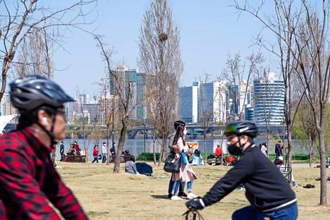 Aurinkoinen sää houkutteli Soulin asukkaita sunnuntaina ulkoilemaan.