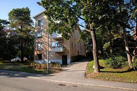 Asuintalo, jossa vanhempi oli kirjoilla vanhempiensa luona Hammarbyhöjdenissä.