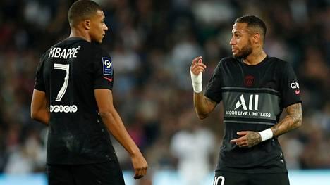 Kylian Mbappe (vas.) ja Neymar kävivät rakentavaa palautekeskustelua jo kentällä.