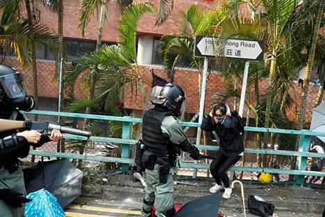 Poliisi pidätti mielenosoittajan, kun tämä yritti poistua Hongkongin polyteknisen yliopiston kampukselta maanantaina.
