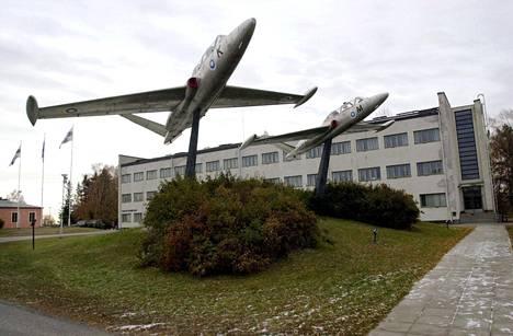 Kauhavan vastaanottokeskus sijaitsee Kauhavan lentosotakoulun entisissä tiloissa.