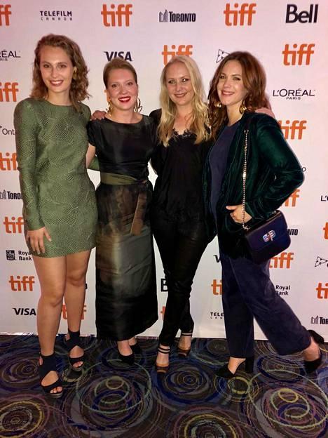 Saga Sarkola, Satu Tuuli Karhu, Zaida Bergroth ja Pihla Viitala olivat paikalla Torontossa elokuvan ensi-illassa.