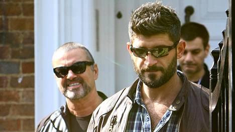 George Michale ja Fadi Fawaz kuvattiin yhdessä kotinsa edustalla Pohjois-Lontoossa.