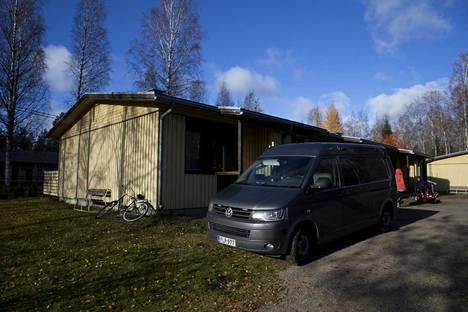 Poliisi tutkii Veli Mäkisen tiellä sijaitsevan vaaleankeltaisen talon päätyasuntoa.