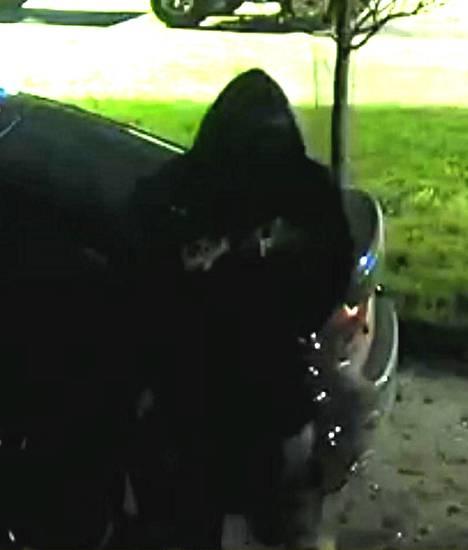 Epäillyt rikkoivat pihassa olleen auton renkaan.