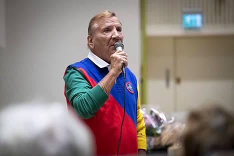 Eino Grön esiintyi vanhuksille ystäväpalvelun vieraana Lauttasaaressa.