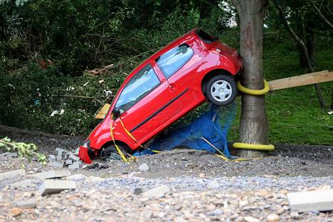 Autoja on tulvien mukaan päätynyt minne sattuu. KuvaBad Neuenahr-Ahrweilerista Saksasta.