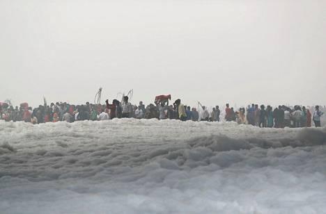 Hinduja kahlaamassa Yamuna-joessa.
