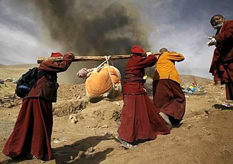 Tiibetin ylängöllä Kiinassa poltettiin lauantaina satoja keskiviikkoisen maanjäristyksen uhreja.