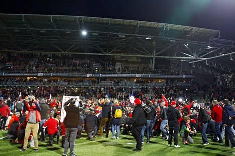HIFK:n fanit rynnivät kentälle juhlimaan Stadin derbyn voittoa 2016.