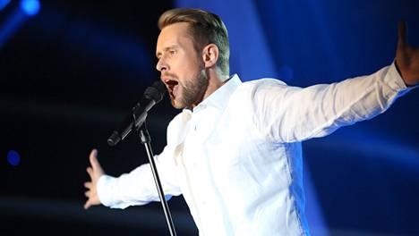 Waltteri Torikka esitti viimeisen kappaleensa kokovalkoisissa.