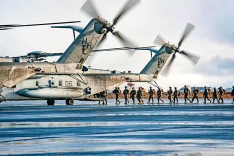 Trident Juncture -harjoituksiin osallistuvat merijalkaväen sotilaat nousivat Super Stallion -helikopteriin Islannissa viime viikolla.