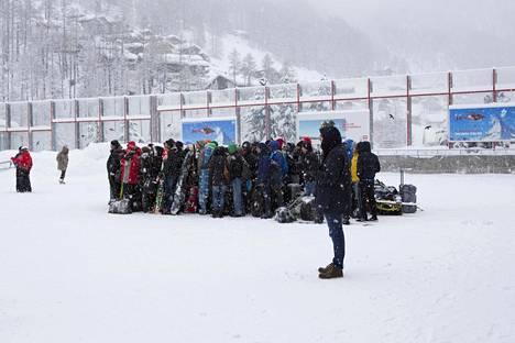 Ihmiset odottivat helikopterikyytiä pois Zermattista viikonloppuna.