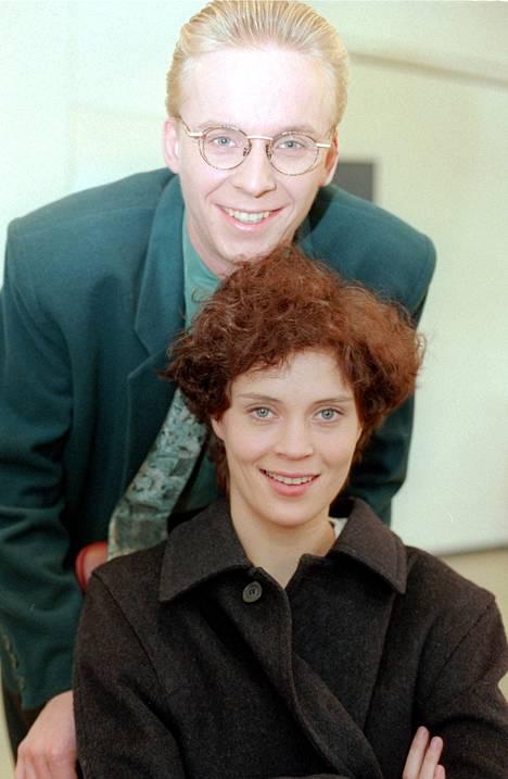 1995: Eero Aho ja Tiina Lymi tähdittivät Vuoroin vieraissa -komediasarjaa, joka esitettiin TV1:llä vuonna 1997.