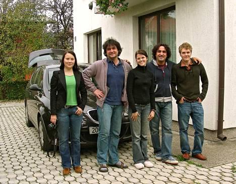 Musiikkituottajien kotona vuonna 2006. Ei ole tietoa, ovatko Saara Aallon (kuvassa keskellä) laulamat iskelmät tuolta ajalta vielä jossain tallessa.