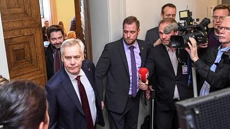 Antti Rinne poistui Sdp:n ryhmähuoneesta tiistaina kahdentoista maissa. Rinne kertoi toimittajille lähtevänsä Mäntyniemeen ja kutsui median tiedotustilaisuuteen, jonka hän järjesti tuntia myöhemmin.