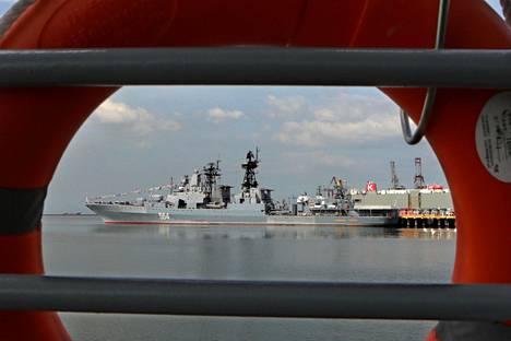 Admiral Tributs kuvattiin Manilan satamassa tiistaina.