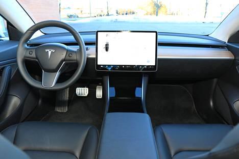 Teslan ohjaamo on aina varma keskustelunaloittaja. Kojelaudan muotoa, asettelua ja tyyliä voisi luonnehtia melkeinpä skandinaavisen yksinkertaiseksi.