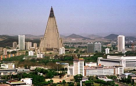 Hotelli seisoi pitkään betonisena kolossina. Kuva vuodelta 2002.
