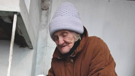 85-vuotias mummo näytti vuonna 2010 mallia pipomuodista Tvorogovon kylässä.