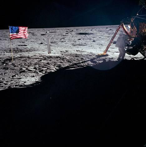 Kuun pinnalle asetetun lipun mahdottomaksi tulkitusta hulmuamisesta on kiistelty vuosikymmeniä.