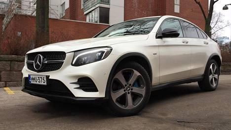 –Yksi viime kuukausien eniten kysytyimmistä malleista on ollut Suomessakin valmistettava Mercedes-Benzin GLC:n plug-in hybridimalli. Yksistään tätä mallia on tuotu viime kuukausien aikana käytettynä Suomeen useita kymmeniä, ST Tuontipalvelun toimitusjohtaja Tomi Rantanen kertoo. Kuvassa Vehon uutena maahantuoma Mercedes-Benz GLC Coupé 350 e.