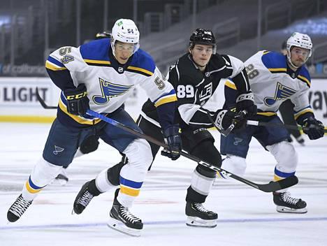 Rasmus Kupari (kesk.) pääsi ensimmäistä kertaa NHL-ottelun tunnelmiin.
