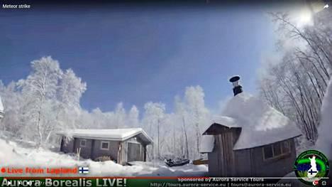 Kirkas meteori tallentui Kaamasessa asuvan Tony Batemanin Aurora Tours -firman revontulikameraan torstaina illalla.