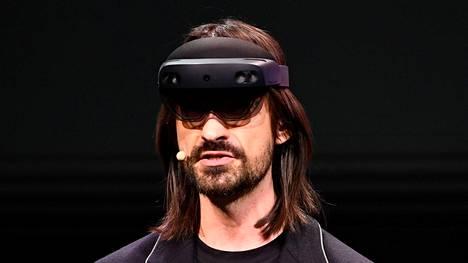 Microsoftin Alex Kipman estteli HoloLens 2 -silmikkoa Barcelonassa. Julkistus tapahtui vain hetki Microsoftin työntekijöiden protestin jälkeen.