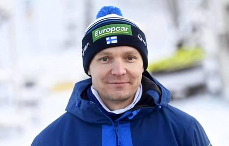 Suomen yhdistetyn maajoukkueen päävalmentaja Petter Kukkonen kertoi, että suomalaisurheilijat tunkivat mittaustilannetta varten alushousuihinsa tiskirättejä.