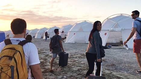 Vieraat majoitettiin luksushuviloiden sijaan telttoihin ja patjoille. Kaikille ei ollut nukkumapaikkoja ja pian festareilla vallitsi täysi kaaos, kun vieraat taistelivat ruoasta ja teltoista.