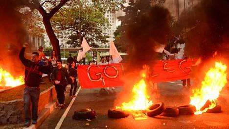 Mielenosoittajat protestoivat presidentti Rousseffin syytteeseen asettamista tiistaina São Paulossa.