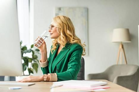 Vesipullosta kulauttaminen töissä on hyvä ja helppo tapa pitää olo virkeänä.
