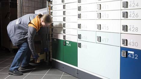 Postin pakettiautomaatti Helsingin Kasarmitorilla.