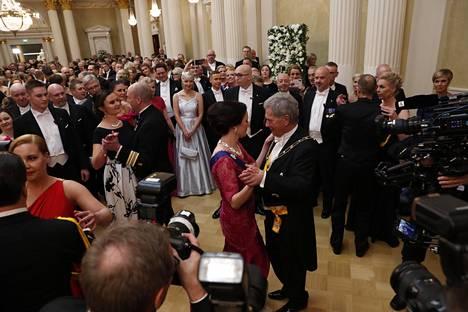 Presidenttiparin tanssi on illan odotetuimpia ja kuvatuimpia hetkiä.