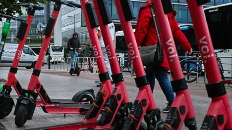 Lumien sulamisen jälkeen sähköpotkulaudat on pysäköitävä Tukholmassa siten, etteivät ne häiritse muuta liikennettä. Käytännössä tämä tarkoittaa kiellettyjen alueiden ulkopuolella joko telineitä tai esimerkiksi laudan asemoimista rakennuksen julkisivun viereen niin, ettei muu liikenne esty.