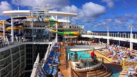 Harmony of the Seas -aluksen Beach Pool -allasalue.