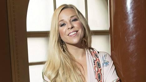 Kaunisääninen laulaja Krista Siegfrids tekee töitä niin Ruotsissa kuin Suomessa. Krista ja toimittaja Janne Grönroos ovat olleet yhdessä 12 vuotta ja he avioituvat syksyllä.