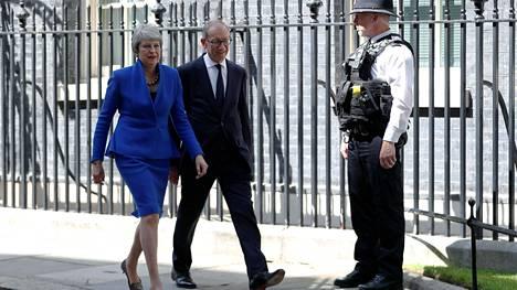 Theresa May ja hänen aviomiehensä Philip lähtevät Downing Streetiltä Lontoossa 24. heinäkuuta 2019.