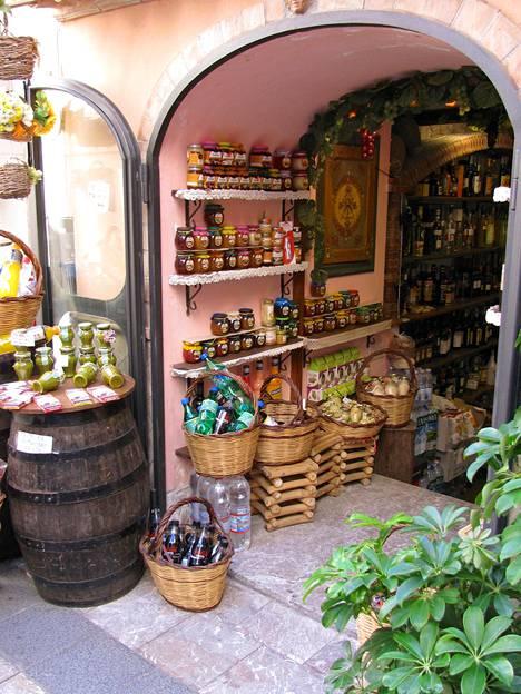 Sisilian kylät ja kaupungit on täynnä mitä ihastuttavampia pikku kauppoja, joista voi hankkia makoisia tuliaisia.