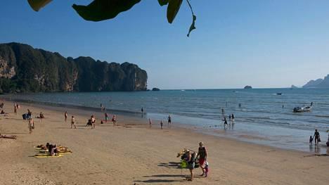 Ao Nangin rannalla Thaimaan Krabissa on tapahtunut useita kulkukoirien hyökkäyksiä. Arkistokuva.