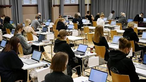 Syksyn ylioppilaskirjoitukset alkoivat 13. syyskuuta äidinkielen ja kirjallisuuden kokeella.