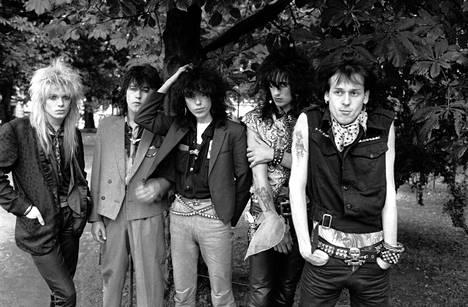 Näin Hanoi Rocks poseerasi Suomessa 4. syyskuuta 1982. Razzle oli juuri liittynyt yhtyeeseen, jossa hän ehti soittaa alle kaksi vuotta. Vasemmalta oikealle Mike Monroe, Nasty Suicide, Sam Yaffa, Razzle ja Andy McCoy.