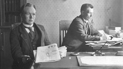 Journalistina Viljo Kainulainen (vas.) toimi vähän aikaa Suomen Työläinen -lehden päätoimittajana.