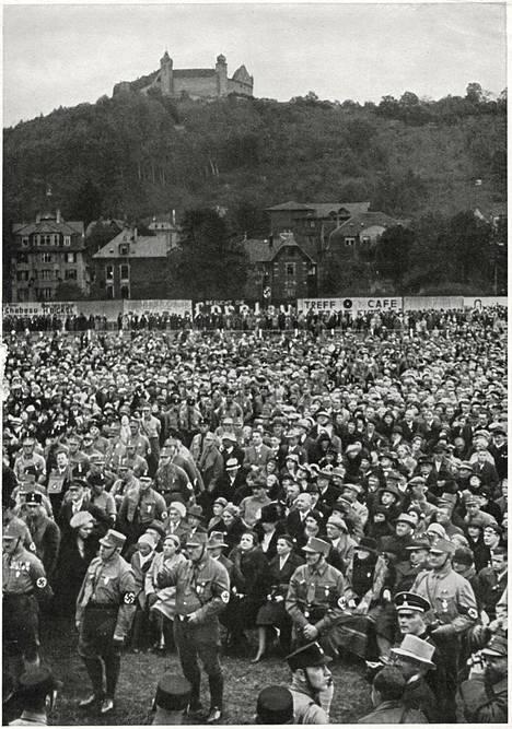 Saksalaisia oluttupavallankaappauksen kymmenvuotispäivää juhlimassa 1932.
